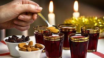 葡萄酒加热,和丁香、豆蔻、肉桂、柠檬皮等香料一起熬煮,喝之前再...