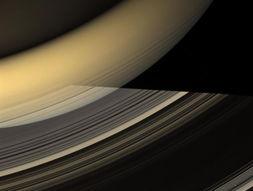 到的是一个橙黄色带状物.图片左上侧是土星北半球,它被从土星环上...