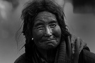 ...品 塔尔寺前的老妇人