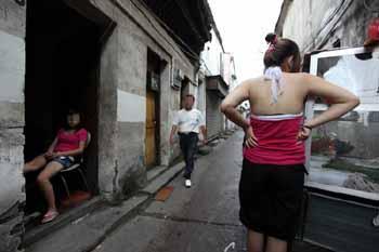 有三人是咸宁崇阳人,而另一名卖淫女竟是本地人,自己户籍地离卖淫...