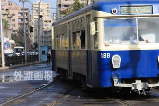 缓慢前行的公交车式样老旧,但颜色仍然鲜艳(摄影:朱乾) 我们的...