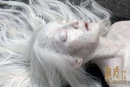 ...妆容十分诡异,银白发丝自然披散,网友都称这样的周迅比贞子还吓...