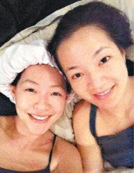 阿雅一起在家看小说,两人更在微... 据台湾
