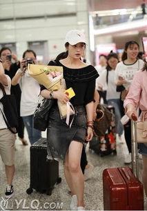蒋欣被曝瘦身30斤 穿短裙秀美腿现身机场