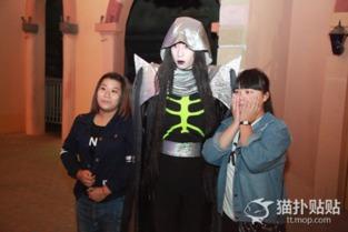 日本鬼了玩中国女兵-和白无常大哥合个照哈哈~不要这么严肃嘛!   哈哈,最好玩的就是3D...