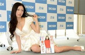 日33岁情色女王发写真 当众脱裤证女人味