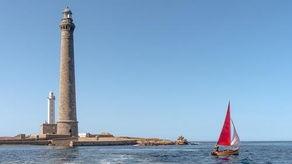 坐落在英吉利海峡之中的灯塔,饱受地球上最凶猛的潮水冲刷.站在塔...