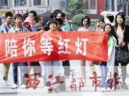 5月11日,在南京珠江路一处路口,行人在大学生志愿者(前排右一、...