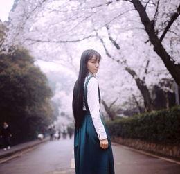 武大樱花节期间,被封为 武大女神 的黄灿灿在微博晒出了自己的一组...