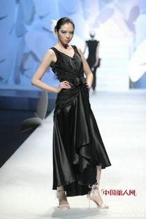 的中国时尚展示空间因她的出现而舞动起来.第一次显现出柔美女装的...
