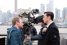 照片中,男主角约瑟夫高登与导演在外滩片场讨论剧情,背景中的东方...