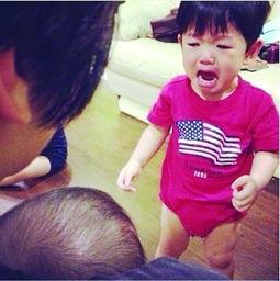 """妈妈抱别家宝宝,果断""""掉金珠""""!-图片记录baby伤心理由"""