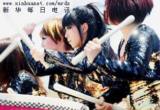 5月3日,韩国黑鼓团鼓手在亚洲广场激情献演.韩国黑鼓团融合了韩国...