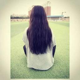 黑长发女生背影