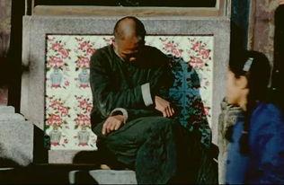 而在另一个角落里,一位老人在温暖的阳光中打盹,面前人来人往....