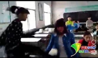 一女生跳起踢踹被打女生.网络视频截图-河南一小学女生教室内遭多...
