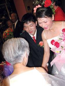 90岁老人杨式銮向变性夫妻表祝福.   摄 -首对变性夫妻庆 纸婚