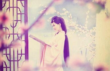 一脉心语,若一叠寂寞的词话,   轻轻柔柔,   将缕缕思念寄予笔尖…...