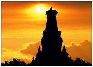 显示了该塔至高无上的级别.相轮之上有圆形华盖,围绕着铁流苏并等...
