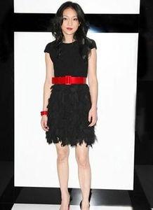 sis001野野村智美-红与黑的完美结合,基本款的黑色小礼服在裙摆处增加的流苏的设计带...