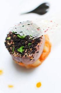 松露菌沙律、一系列精美的传统农场芝士,以及法国传统圣诞朱古力木...