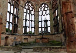 魆空-1962年,新的教堂在旧址旁重建,旧教堂不变,让人们永远记住战争带...
