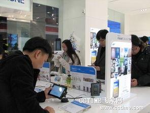 三星体验店内用户正在试用Galaxy Tab-三星平板电脑下月登陆中国 将...