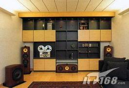 整体采用了淡黄色的墙壁以及纯木的地板和家具饰品-顽童 的影院 格调...