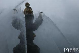 仰望太子佛上前方的释迦摩尼大佛,在这样阴雨的天气里,似有似无,...