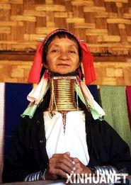 兵已在颈 逼上仙路-11月10日,在泰国北部夜丰颂府的长颈村,一名克伦族长颈女坐在自家...