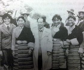 重回逝年-...985年胡耀邦重返长征路,与当地群众合影留念.-官媒发布旧照纪念...