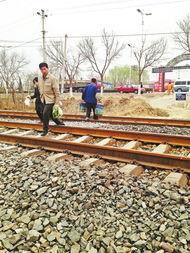 男人打机飞动态图-北京 男子打手机穿铁路 被火车撞飞身亡