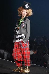 胤川和rara是恋人吧-给我们展现了一场极其贴近生活的时尚展演.而当晚的麻豆阵容则由我...