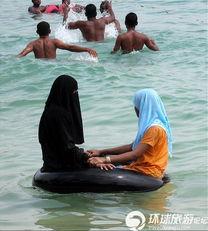 海边穆斯林美女的雷人泳衣