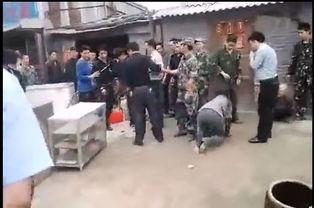 民警殴打老太实拍 视频截图-又见中国式强拆 民警殴打老太引围观