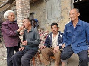 一组的一位普通农村妇女.在丈夫和两个儿子患精神病后,她不离不弃...