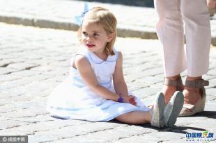 堪比甜馨 瑞典小公主赤脚抠脏脚 含手指超呆萌