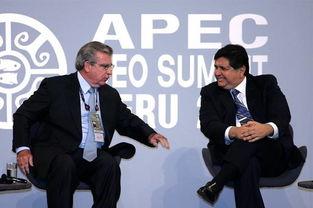 ...11月21日,秘鲁总统加西亚(右)与APEC工商领导人峰会主席莫拉...