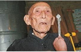...世.图为两年前老人在家中接受定期身体检查.(资料图片)     摄 -...