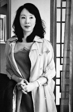 两部电影的原著小说都出自这位美... 她当过餐馆服务员、保姆、模特,...