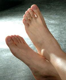 脚刑钉脚趾老虎凳硬-足部保健的要点   1 清洁、浸泡和软化角质   足部的角质比起身体其他...