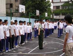 ...练感受多 中国中学高一新生军训小记