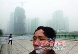一名路人在天桥上抽烟,后面的建筑物披上了一层薄薄的轻纱.-霾怨