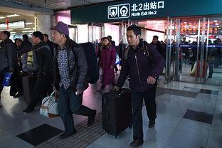 ...23日,旅客从北京西站出站口出站.    摄 -北京铁路迎来元宵节后返...