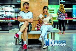 两个外国人在体育中心地铁站等地铁.-朝见口晚见面 外国人在天河