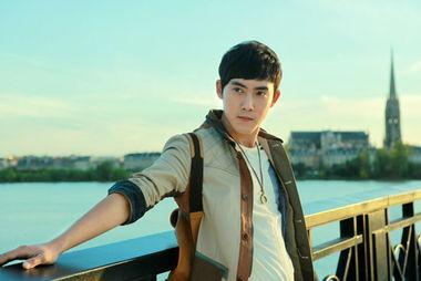内地演员张睿[微博],其处女作新... 将于8月首发.张睿在书中将以平...