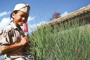 ...队员仿制了一套美军军装送给一个小女孩,为她拍下了这张拿着棒棒...