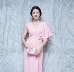 邻家阿姨李袖艳-这件晚装用上鸳鸯袖、束腰剪裁,大约有5个月身孕的张梓琳依旧能...