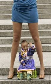 最长美腿女子与最矮小男人同亮相 最高