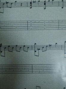 钢琴谱中的高音符号是符干在斧头上面,那倒着过来的就是低音了
